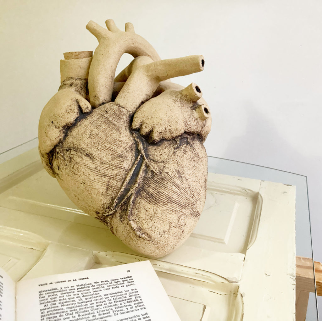 Corazón de Vino, escultura cerámica única hecha a mano en gres. Porrón de vino con forma de corazón humano real.