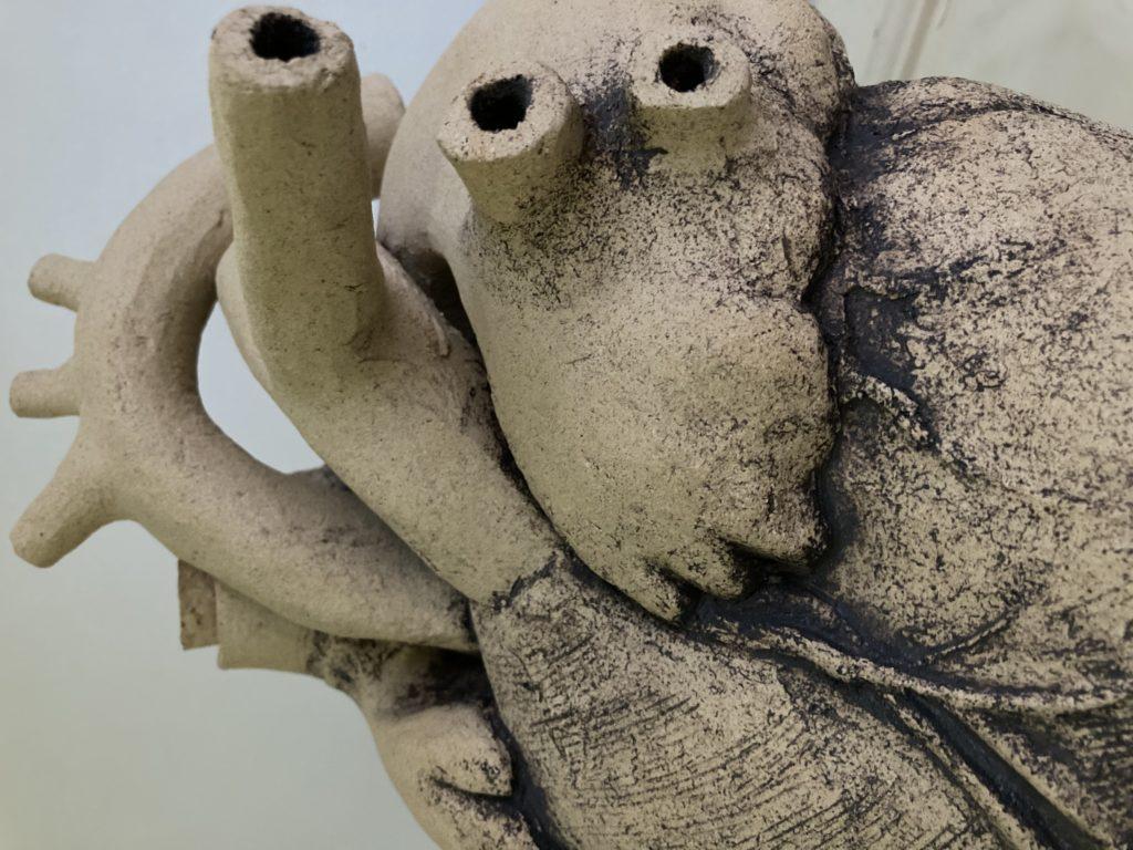 Detalle de la obra escultórica cerámica Corazón de Vino, un original porrón de vino del artista de La Rambla Luis Torres.