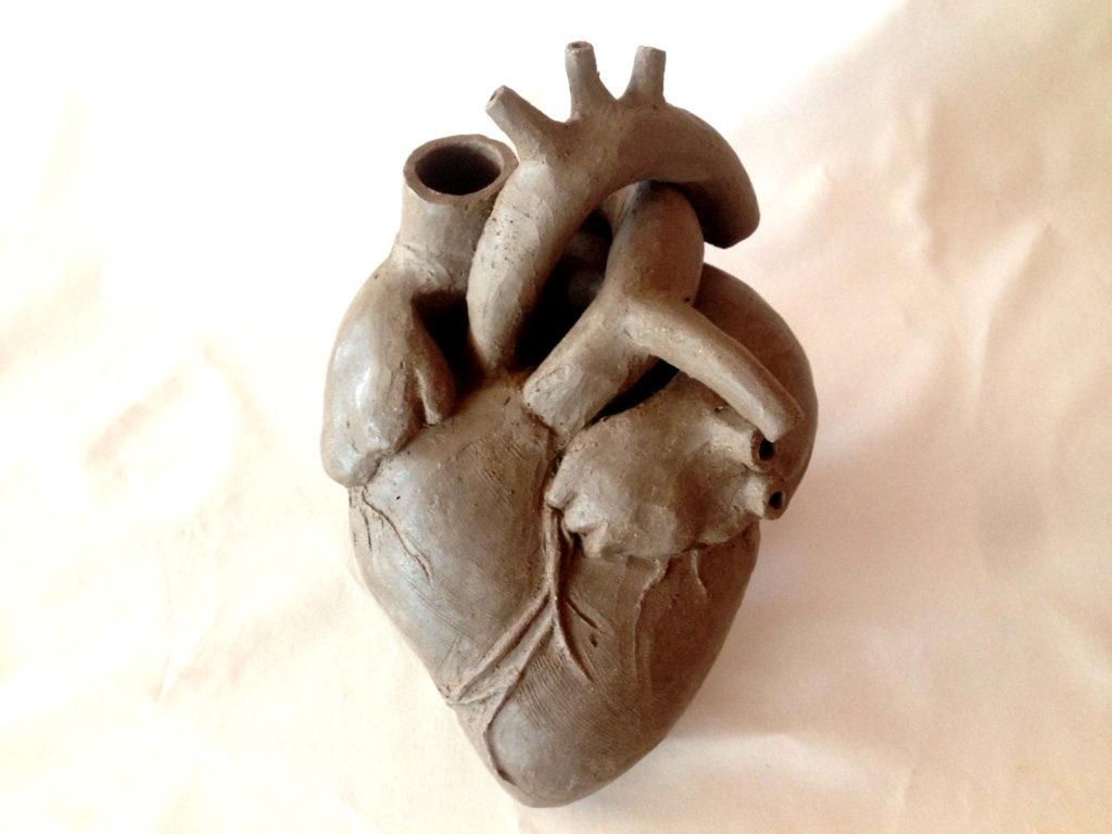 Pieza en barro durante el proceso de modelado. Corazón de Vino del artista alfarero Luis Torres Ceramics