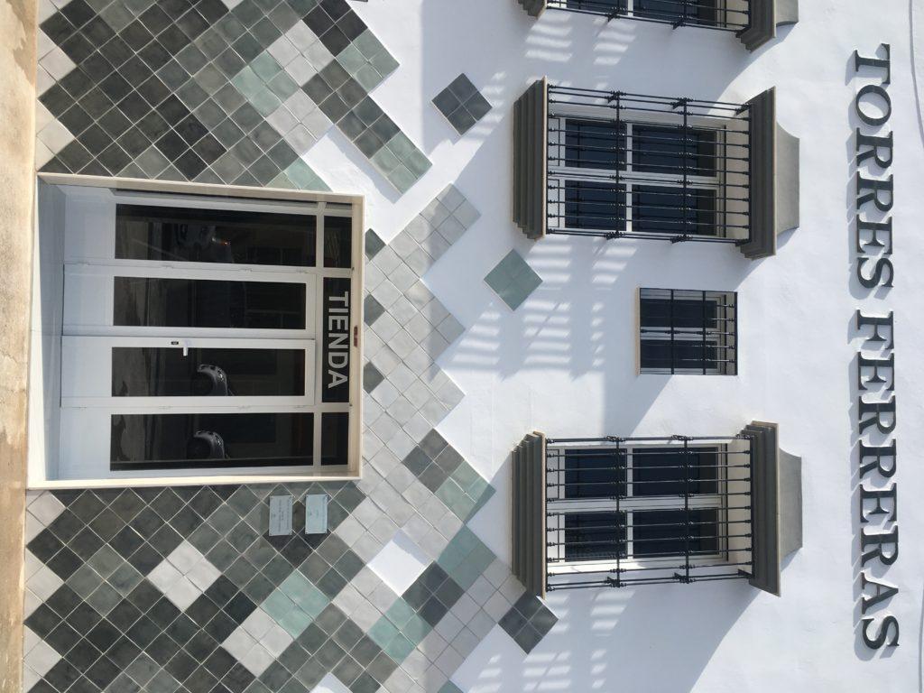 Fachada taller de cerámica Torres Ferreras La Rambla Córdoba con diseño cerámico modular revestimiento moderno y minimalista arquitectura contemporánea