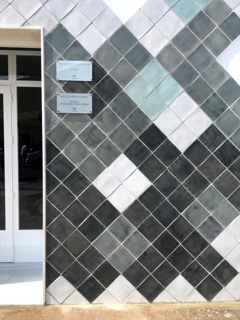 Fachada Torres Ferreras taller de cerámica La Rambla, azulejos modulares diseñados por Luis Torres Ceramics arquitectura contemporanea