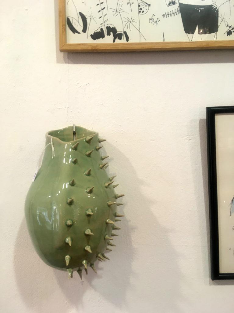 Maceta de colgar Crisálida por artista rambleño Luis Torres Ceramics en tienda local arte y diseño Ostin Macho Córdoba