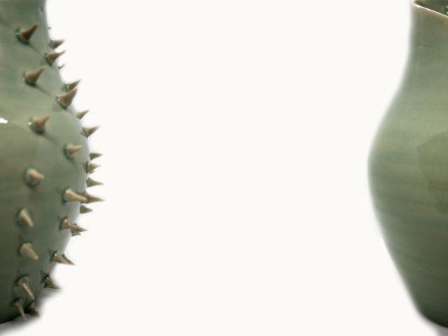 Maceta y jarrón de cerámica original y moderno con pinchos Luis Torres Ceramics obra de arte Crisalida hecho a mano en cerámica en La Rambla Cordoba torno alfarero