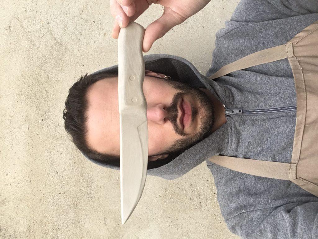 Luis Torres Ceramics en el proceso de realización de los cuchillos florero de cerámica para el ilustrador El Dibujo