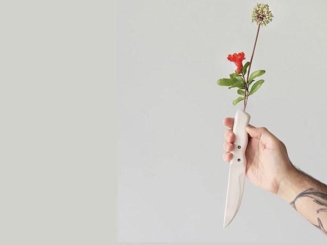 Cuchillo florero de cerámica hecho a mano por Luis Torres Ceramics y diseñado por El Dibujo ilustración