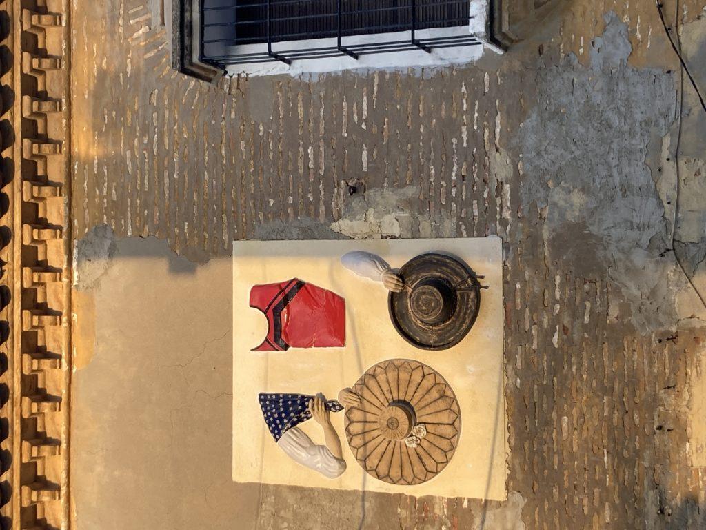 Conjunto escultórico sobre Bien de Interés Cultural Real Posada La Carlota. Obra Colonos sobre moda colonial nuevas poblaciones por Luis Torres Ceramics
