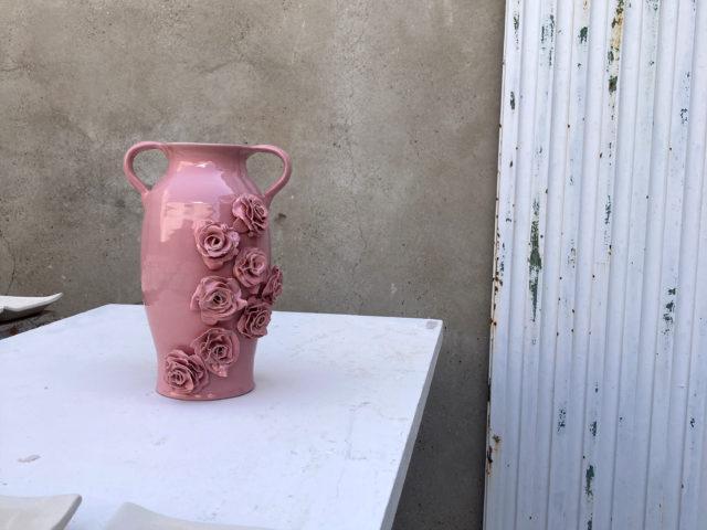 Jarrón de cerámica tradicional diseñado con Rosas por Luis Torres Ceramics inspirado en la marca de moda Reveligion